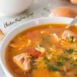 حساء باستينا الدجاج سهل للغاية هو طعام إيطالي كلاسيكي لذيذ!