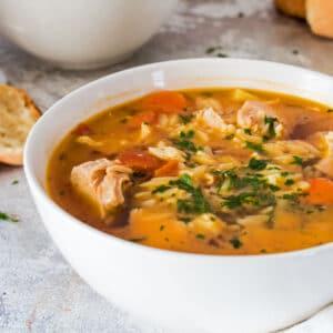 ¡La sopa pastina de pollo súper fácil es una deliciosa comida clásica italiana reconfortante!