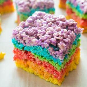 ¡Las golosinas Rainbow Rice Krispies fantásticas, divertidas y coloridas son una golosina fácil sin hornear para todas las ocasiones!