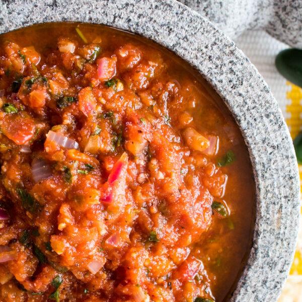 Taze yapılmış kavrulmuş salsa roja, mağazadan satın alınan her şeyden çok daha iyidir - hızlıdır ve birkaç dakikaya değer!