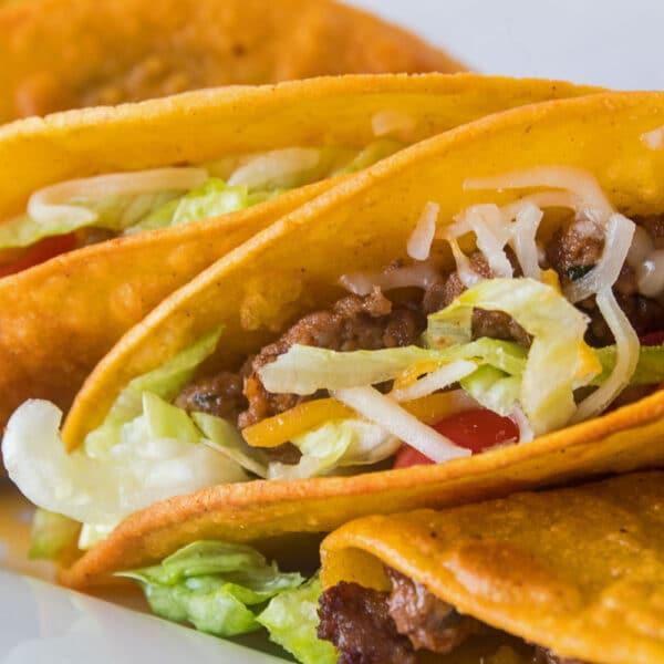 ¡Estos tacos dorados fáciles de hacer son los tacos crujientes y masticables perfectos que su familia no dejará de pedir!