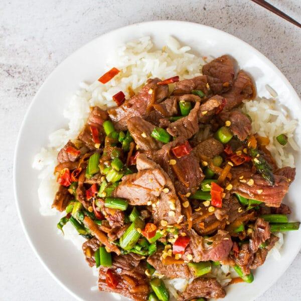 Easy Hunan Beef es un plato de carne picante al estilo de Hunan que se saltea con bistec, ajo y pimientos finamente cortados.