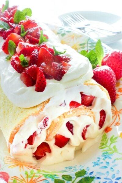 Rouleau de gâteau aux fraises facile de Delicious on a Dime