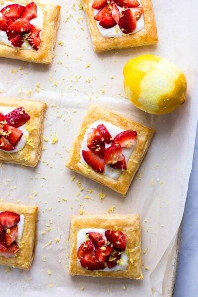 jordbær citron fløde morgenmad tærter opskrift fra Plating Pixels