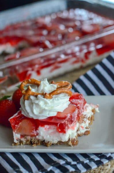 jordbær kringlesalat fra The Gifted Gabber