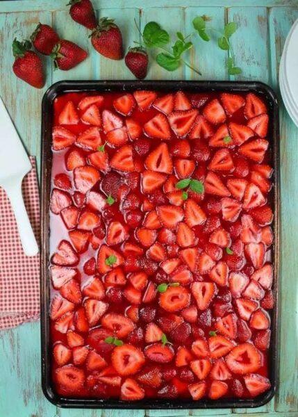 Strawberry Slab Pie Opskrift fra Miss in the Kitchen