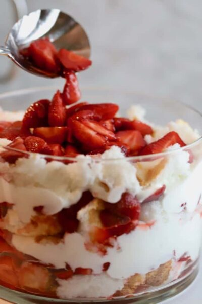 ग्रिट्स और पिनेकोन्स से एंजेल फूड केक के साथ स्ट्रॉबेरी ट्रिफल
