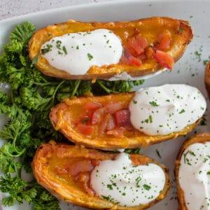 Ces peaux de pommes de terre friteuses à air fantastiques et super croustillantes sont une merveilleuse collation ou un apéritif!
