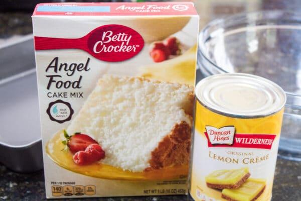 आसान 2 संघटक नींबू बार में केवल एंजेल फूड केक मिक्स का डिब्बा और नींबू क्रीम पाई भरने की कैन की जरूरत होती है