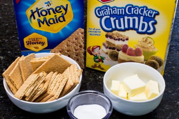 ingredientes de la corteza de galletas Graham con opciones para usar galletas integrales o migas de galletas Graham empaquetadas, azúcar blanca y mantequilla