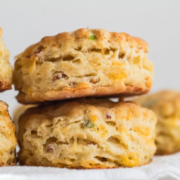 Imagen grande sabrosas galletas de cebollino con tocino y queso cheddar recién horneadas y listas para disfrutar