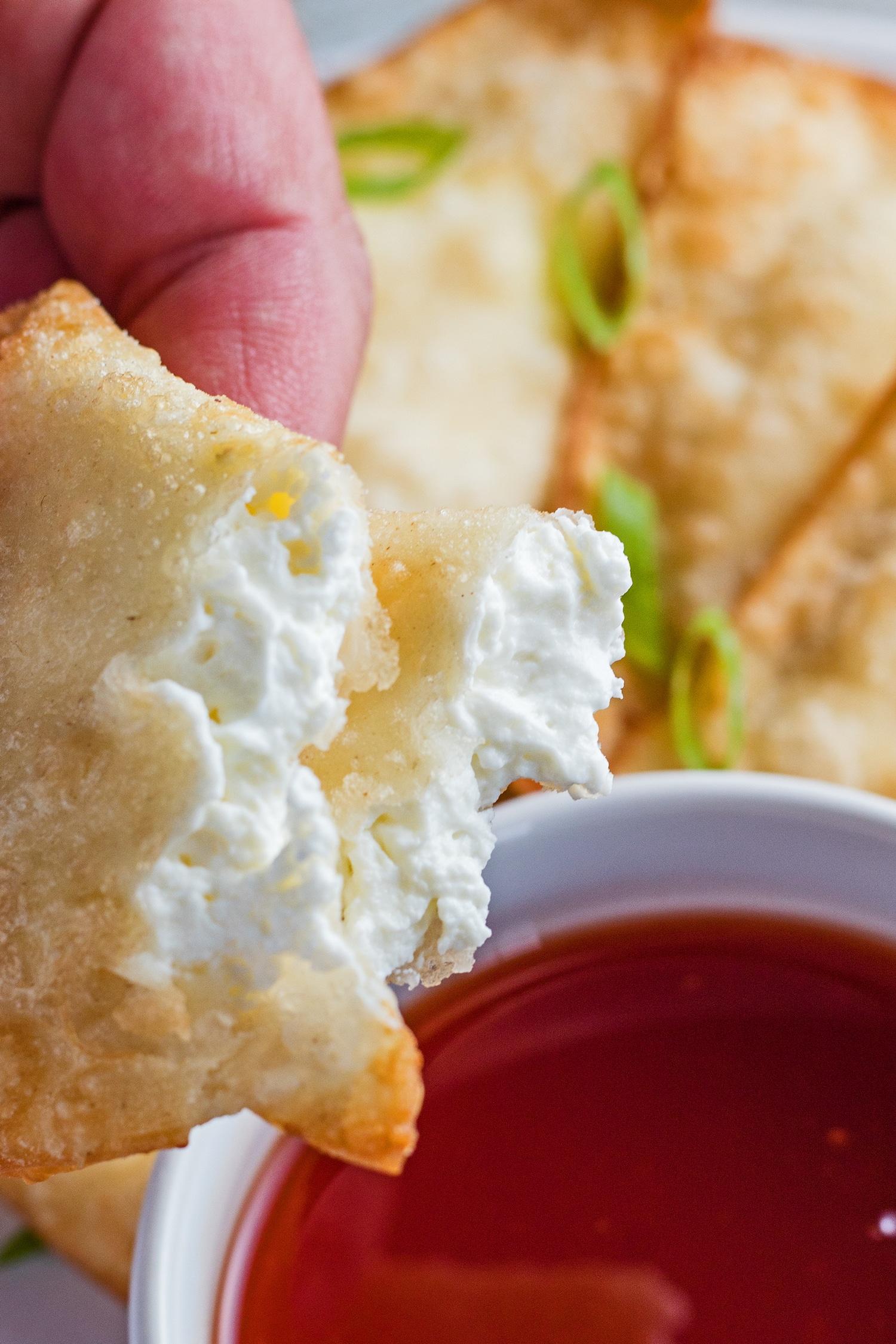 imagen alta con los wontons de queso crema abiertos y listos para mojar.