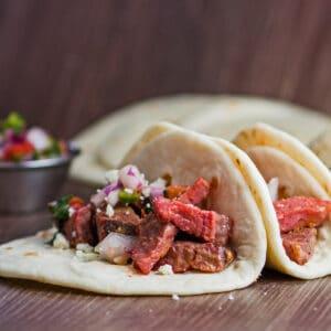 Taco prime rib sisa gaya jalan persegi besar dari dekat.