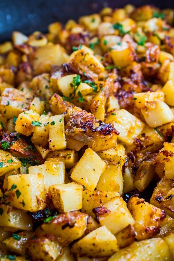 gambar tinggi kentang goreng dan bawang dalam kuali.