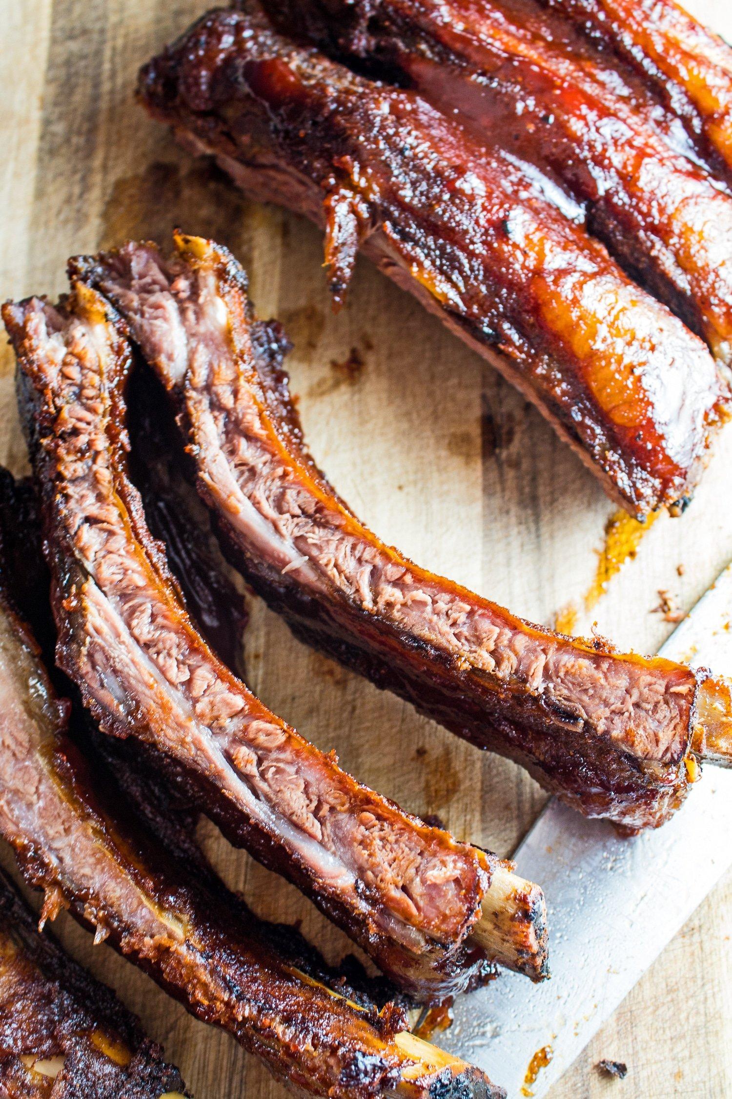 صورة علوية طويلة للضلوع الخلفية من لحم البقر المدخن مقطعة وجاهزة للتقديم.