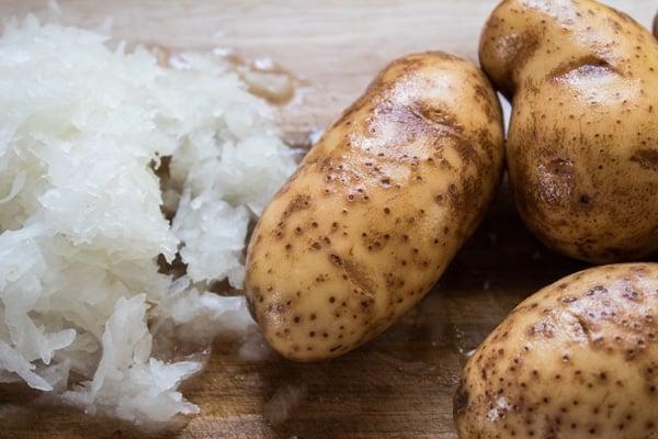 bawang parut dan kentang yang sudah dibasuh siap dadu dan masukkan ke dalam kuali.