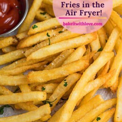 pin con patatine fritte surgelate servite friggitrice con ketchup e sovrapposizione di testo.