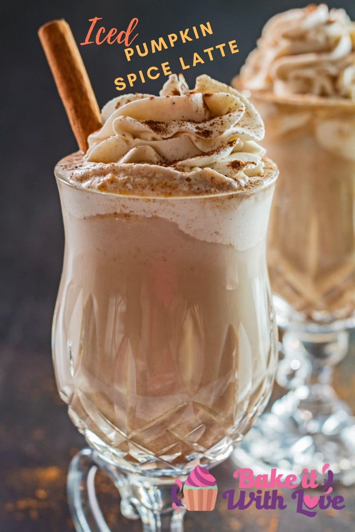 Imagen de detalle de café con leche helado de especias de calabaza con crema batida.