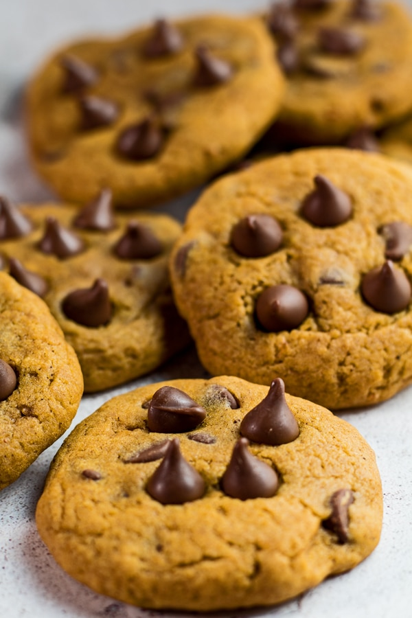 vysoký šikmý snímek několika dýňových čokoládových sušenek.