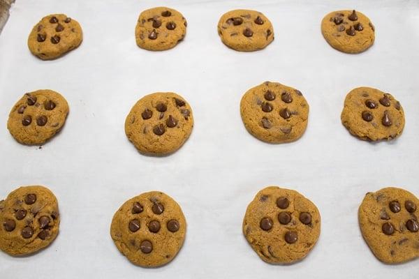 pečené dýňové čokoládové sušenky s více čipy přidanými za tepla.