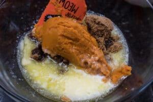 mokré přísady přidané do střední mísicí nádoby.