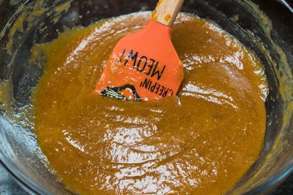 mokré ingredience kombinované a připravené k přidání k suchým ingrediencím.
