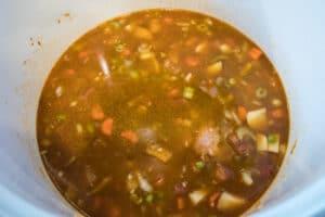 6 xícaras de caldo de galinha adicionado para iniciar a sopa de chicharos.