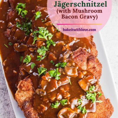 alfiler con imagen aérea alta de Jagerschnitzel alemán servido en un plato blanco.
