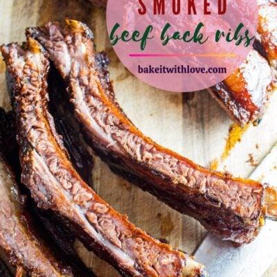 صورة دبوس فوق الأضلاع الخلفية لحم البقر المدخن مع تراكب النص.