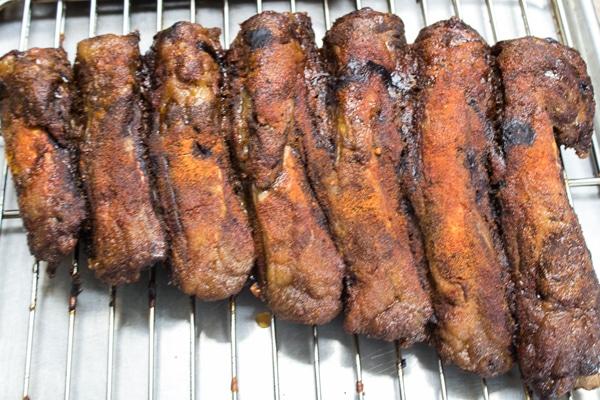 ضلوع لحم البقر مع فرك جاف بعد التدخين لمدة 3 ساعات.