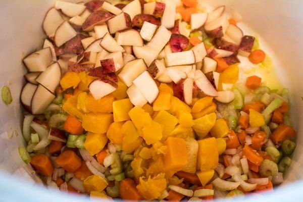 batatas cortadas em cubos e abóbora adicionada à base de vegetais.