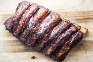 أضلاع اللحم البقري المدخن بعد الطهي النهائي مع صلصة الباربكيو.