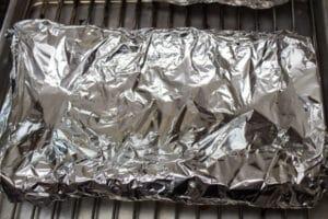 الضلوع الخلفية من لحم البقر المدخن ملفوفة بإحكام بورق الألمنيوم.