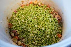 ervilhas partidas embebidas e enxaguadas adicionadas aos vegetais temperados e ao presunto.