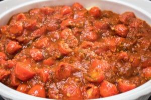 lapisan kedua dalam pemanggang sosej Itali adalah sos spageti.