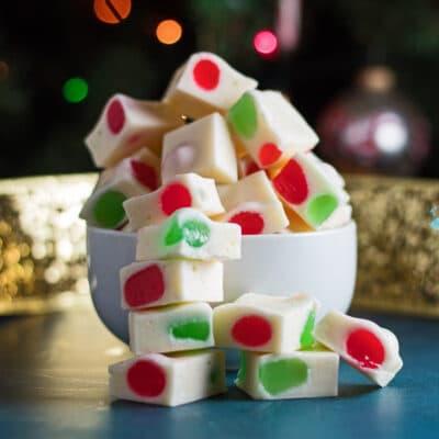 bir kase içinde Noel koz helvası şeker parçalarının büyük kare yan görüntü.