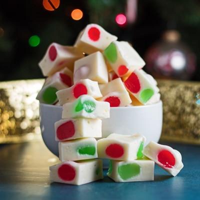 pequeña imagen cuadrada de los trozos de caramelo de turrón navideño en un tazón.