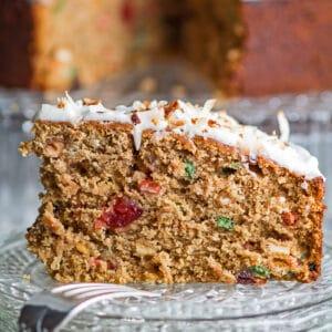 grande close up quadrado do bolo de rum jamaicano fatiado e servido no prato de vidro.