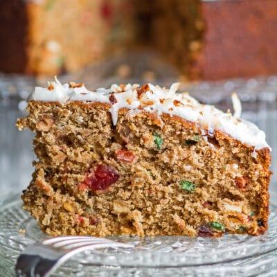 जमैकाच्या रॅम केकचा मोठा स्क्वेअर क्लोजअप कापला आणि काचेच्या प्लेटवर दिला.