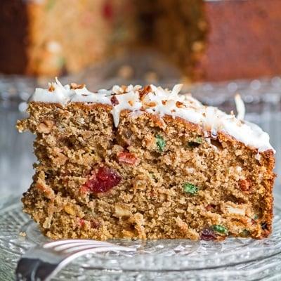 pequeno close up do bolo de rum jamaicano fatiado e servido no prato de vidro.