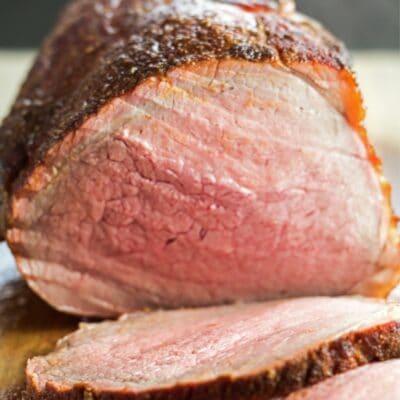 Imagen de pin de carne asada ahumada con superposición de texto.