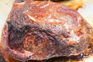 Carne asada ahumada completamente ahumada y descansando para terminar.