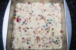 masa de bizcocho de frutas esparcida uniformemente en un molde para hornear de 8x8.