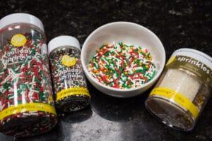 taburkan jimies nonpareils yang digunakan untuk kue Krismas.