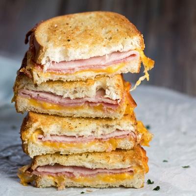 bagian tumpuk dari roti lapis Air Fryer Keju dan Ham Panggang yang renyah dan keju.