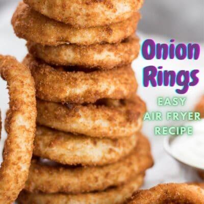 pin con anelli di cipolla congelati impilati friggitrice ad aria e testo sovrapposto.