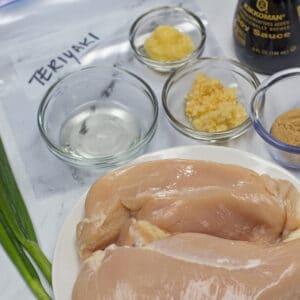 Imagen cuadrada grande de los ingredientes del adobo de pollo teriyaki listos para mezclar.