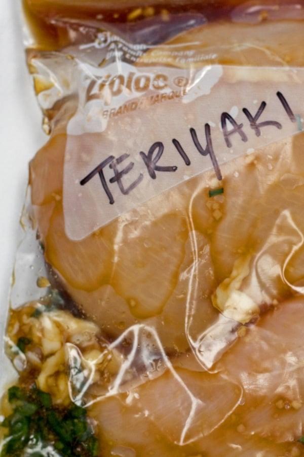 imagen alta de adobo de pollo teriyaki en bolsas y listo para congelar.