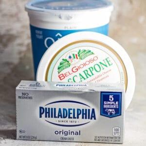 Imagen cuadrada grande de queso crema y mis sustitutos favoritos.