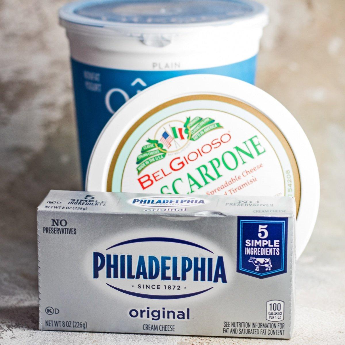 Grande immagine quadrata di crema di formaggio e dei miei sostituti preferiti.